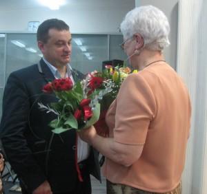 Kwiaty dla Autorki na zakończenie uroczystości