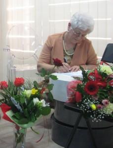 Eleonora Grondowa podpisuje swoje książki