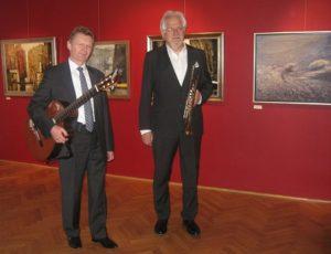 Tadeusz Karolczak i Leszek Wolniak przed koncertem, w tle obrazy z pleneru Z biegiem Warty