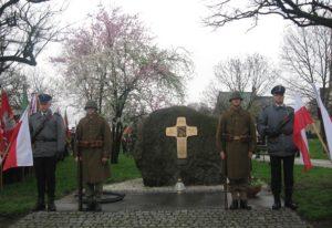 Warta honorowa przy Pomniku Katyńskim poświęconym pomordowanym nauczycielom z Ziemi Wieluńskiej i Wielunia