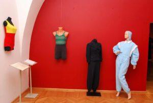 Fragment wystawy Dwanaście dekad mody
