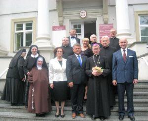W środku siostra Beata, Grażyna Ryczyńska , Andrzej Stępień, ks.bp Jan Wątroba, Krzysztof Owczarek