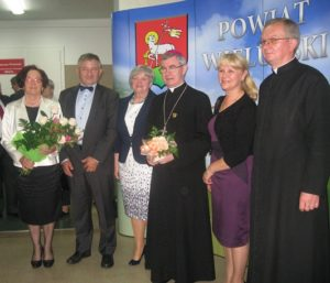Członkowie Fundacji na Rzecz Rozwoju Powiatu Wieluńskiego z ks. biskupem Janem Wątrobą