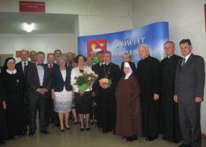 Przedstawiciele starostwa, ks bp Jan Wątroba, duchowni wieluńscy