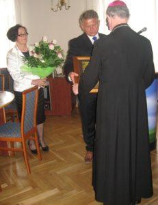Obraz wręcza starosta Andrzej Stępień