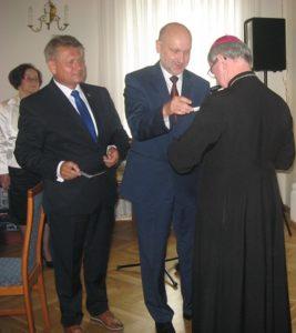 Przewodniczący Rady Powiatu wręcza Medal Zasłużony dla Ziemi Wieluńskiej