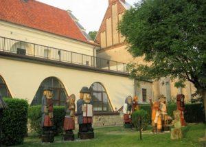 Rzeźby obok Muzeum Ziemi Wieluńskiej