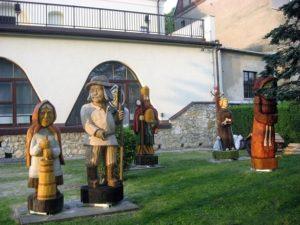 Od prawej Mnich, św. Franciszek, św. Ambroży, Kobieta z koszykiem, Mężczyzna z cepem, Kobieta z kierzanką