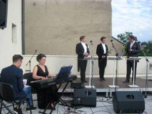 Trzej tenorzy - od lewej Tomasz Tracz,Aleksander Jan Zuchowicz, Aleksander Kruczek, akompaniuje Mirella Malorny