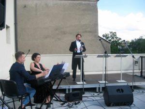 Śpiewa Tomasz Tracz, akompaniuje Mirella Malorny