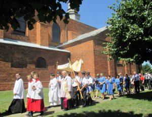 Przy Najświętszym Sakramencie członkowie OSP Ożarów, dalej chór parafialny i wierni