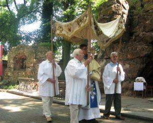 Rozpoczyna się procesja z Najświętszym Sakramentem