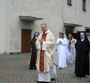 Postulantkę do kościoła prowadzi o. Albert Dorociak z Zakonu Bonifratrów