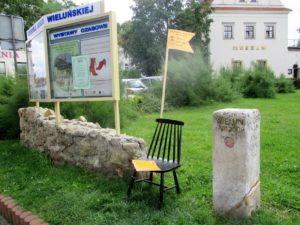 """""""Krzesło jednego wiersza"""" przy Muzeum Ziemi Wieluńskiej"""