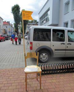 """""""Krzesło jednego wiersza"""" przy Miejskiej i Gminnej Bibliotece Publicznej"""