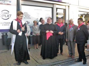 Od lewej: ksiądz kierownik Tomasz Podlewski, ks. Jacek Zieliński, Andrzej Stępień - starosta wieluński, Andrzej Chowis - Radny Sejmiku, Paweł Okrasa - burmistrz Wielunia