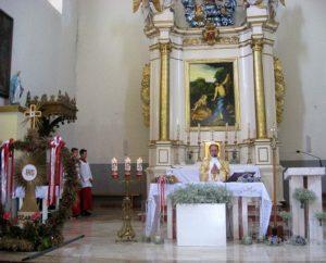 Eucharystię w intencji rolników celebruje ks. Sylwester Rasztar