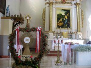 Wieniec dożynkowy i dary ołtarza przy ołtarzu św. Marii Magdaleny, Patronki kościoła i parafii