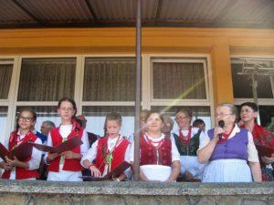 Zespół Śpiewaczo - Obrzędowy prezentuje dożynkowe pieśni