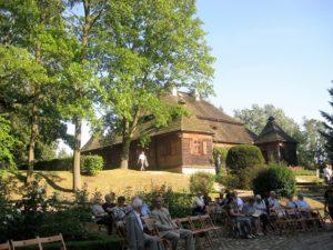 Słuchacze koncertu. W głębi Muzeum Wnętrz Dworskich w Ożarowie Oddział Muzeum Ziemi Wieluńskiej