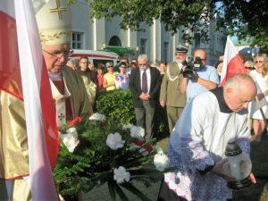 Wiązanki kwiatów pod pomnikiem tragedii Wielunia
