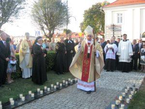 """Arcybiskup Wacław Depo święci nowe tablice na """"Golgocie Wieluńskiej"""""""