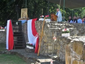 Eucharystii na odrestaurowanych fundamentach fary wieluńskiej przewodniczy ks. prałat Henryk Orszulak