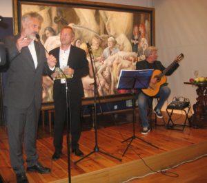 Od lewej Daniel Pielucha, Jan Książek, Janusz Strobel z gitarą