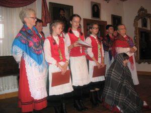 Zespół wykonuje pieśń dziadowską, jako solistka występuje Wanda Owczarek