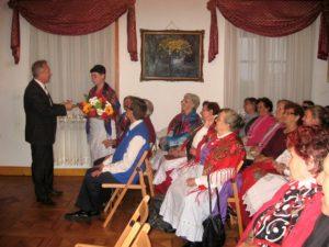 Podziękowania za występ na ręce Grażyny Hadryś, kierownika Zespołu składa Jan Książek, dyrektor Muzeum Ziemi Wieluńskiej
