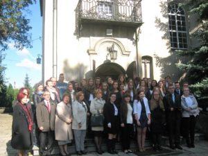 Uczniowie i grono pedagogiczne Katolickiego Liceum Ogólnokształcącego i Technikum przed kościołem oo. Franciszkanów