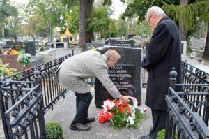 Muzealnicy wieluńscy składają kwiaty na grobie Felicji Rymarkiewiczowej