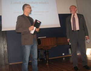 """Od lewej: Mirosław Kubiak - prezes Klubu Historycznego im. gen. Stefana Roweckiego """"Grota"""" i Konrad Czernielewski - wykładowca"""