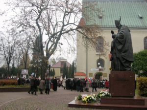 Po złożeniu wiązanek kwiatów przed pomnikiem Jana Pawła II