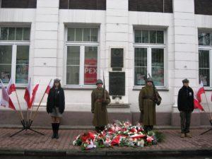 Warta honorowa przed tablicą Józefa Piłsudskiego i tablicą upamiętniającą wielunian poległych w latach 1919 - 1921