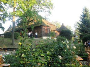 Muzeum Wnętrz Dworskich w Ożarowie i fragment parku