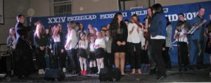 Śpiewają schola z Białej i uczniowie z KLO