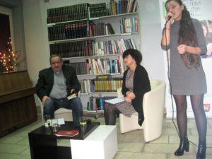 Siedzą: ks. Zbigniew Bigaj, Lucyna Panaszek, śpiewa Katarzyna Panaszek