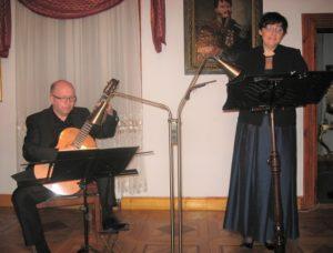 Z gitarą Marek Nosal, śpiewa Justyna Bachowska