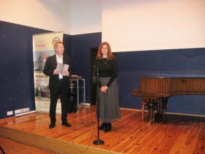 Wystawę otwierają dyrektor Muzeum Ziemi Wieluńskiej Jan Książek i komisarz Pleneru Alina Sibera