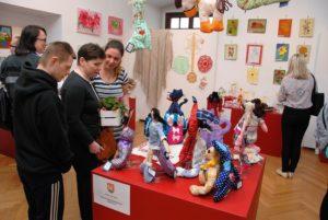 Przy ekspozycji Szkoły Specjalnej w Wieluniu