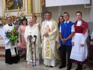 Delegaci parafii z ks. proboszczem i ks. jubilatem