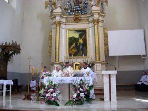 Przy ołtarzu od lewej: ks. jubilat, główny celebrans i ks. proboszcz