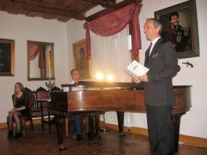 Koncert rozpoczyna kierownik Muzeum Wnętrz Dworskich w Ożarowie