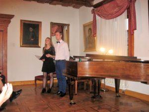 Pianista Marek Cebula z prowadzącą koncert