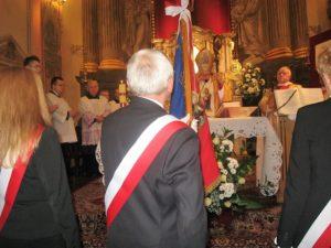Ks. bp Antoni Długosz święci sztandar Parafialnego Oddziału Akcji Katolickiej