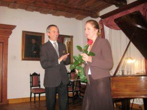 Róża dla prowadzącej koncert Lilianny Moll-Gerlich