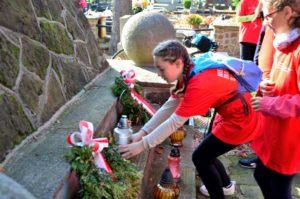 Zapalamy znicze na grobach wieluńskich bohaterów (Archiwum M i GBP)