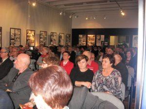Uczestnicy koncertu w sali wystawowej