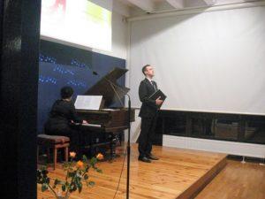 Przy fortepianie Mirella Malorny, śpiewa Dawid Biwo